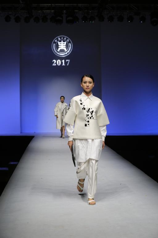 用服装诠释青春与梦想 我校2017届毕业生服装设计展演隆重举行
