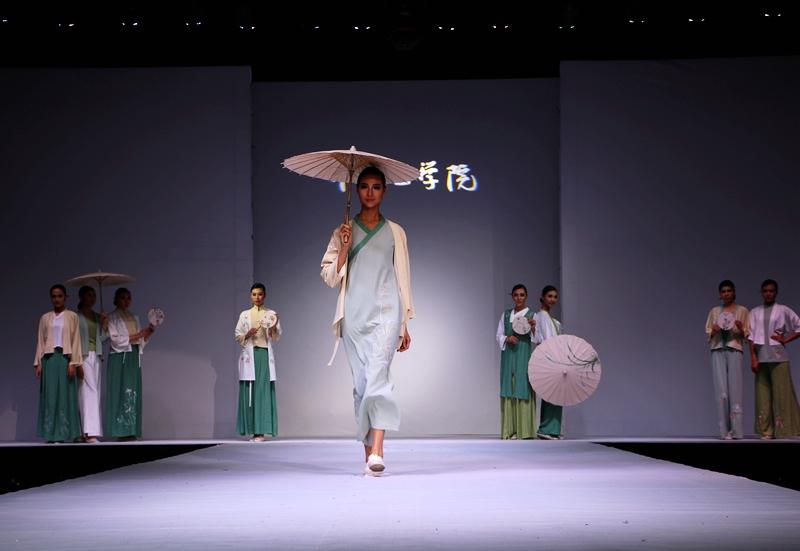 大河报、河南日报、郑州日报、人民网等媒体报道我校2016届毕业生服装设计作品展演